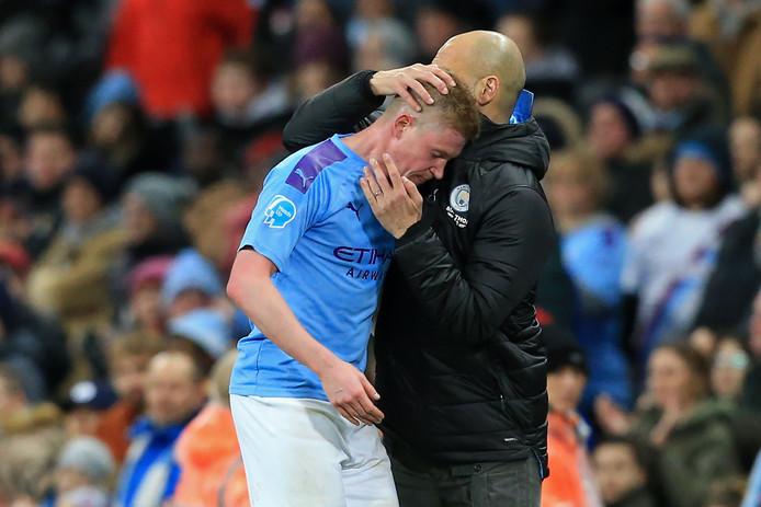 Pep Guardiola geeft Kevin De Bruyne een knuffel als hij na de 2-0 wordt gewisseld.