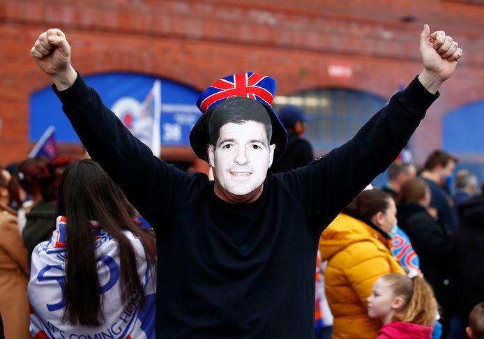 Een fan van Rangers met een Steven Gerrard-masker voor zijn gezicht buiten Ibrox.