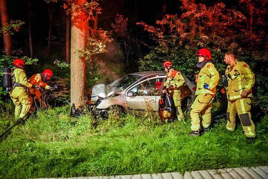 Auto botst tegen boom in Son.