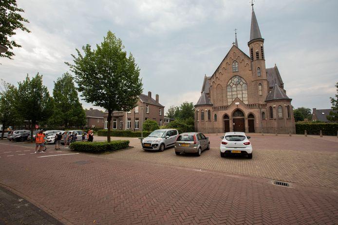 Kerk en pastorie op het Smitsplein in Duizel anno 2019.