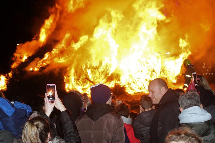 De kerstboomverbranding in Hellevoetsluis.