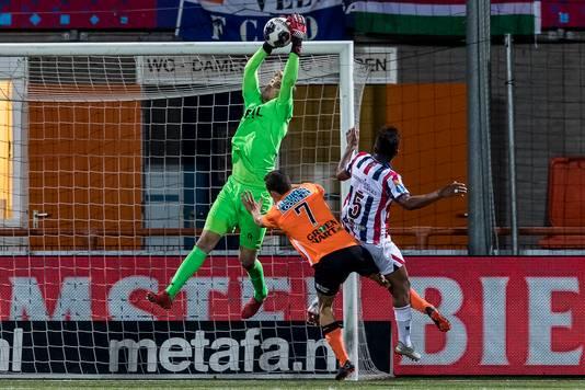 Willem II-keeper Mattijs Branderhorst blijft heer en meester tijdens hetv duel met FC Volendam.