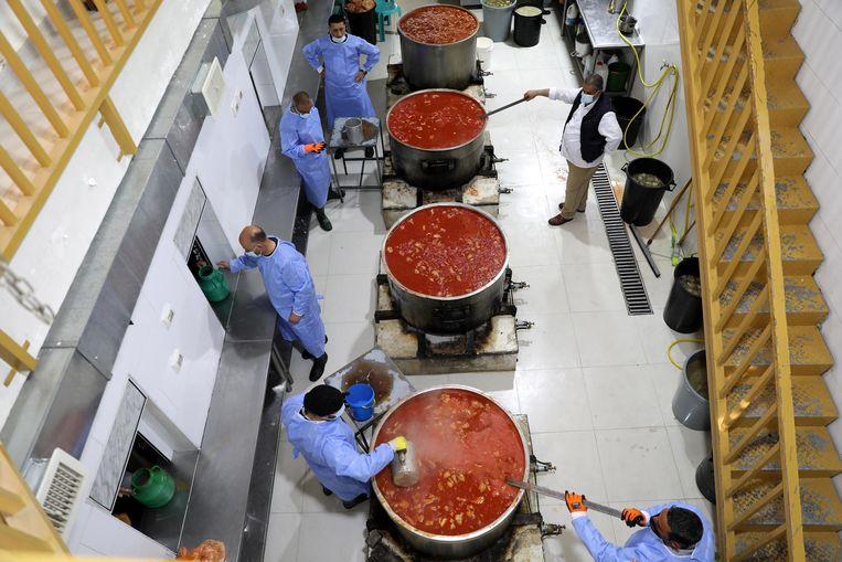 In Hebron, op de Westelijke Jordaanoever, maken deze medewerkers van liefdadigheidsorganisatie Waqf het eten klaar voor de iftar, de maaltijd waarmee bij zonsondergang het vasten van de ramadan wordt verbroken.  Beeld EPA