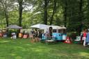 Bezoekers aan een atelier in de tuin van een van de deelnemende kunstenaars in een voorgaande aflevering van de Atelierroute Putten.