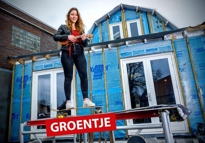 'Groentje' Tessel Janssen op haar Long Board voor de bouwval in Zwammerdam. Ze maakt ook graag muziek.