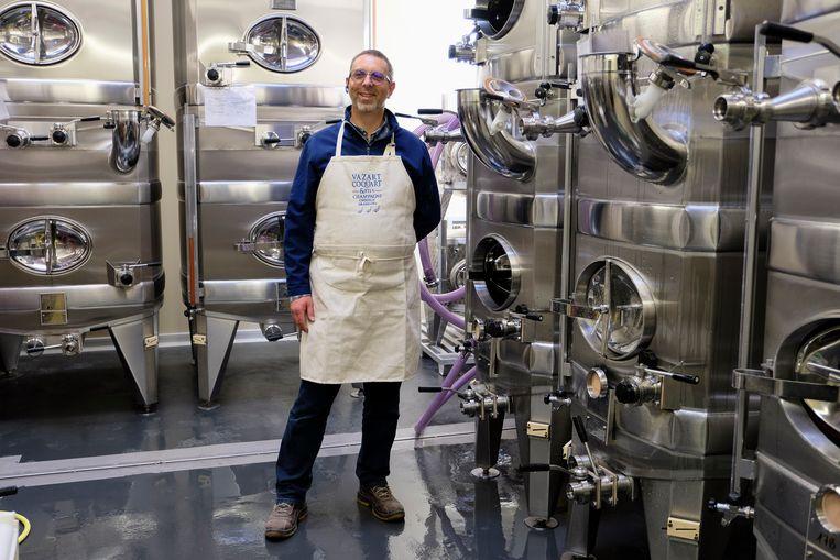 Jean-Pierre Vazart in zijn productiehal in Chouilly. Beeld Remon Haazen