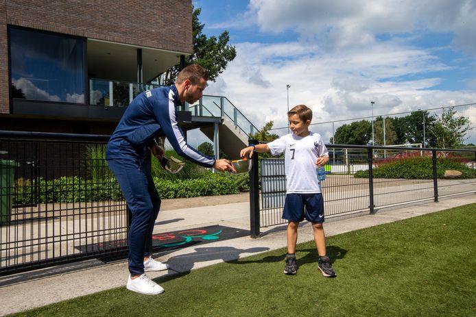 Roy de Haan (links) is eigenaar van een voetbal-bso. Kinderen komen na schooltijd naar de voetbalclub voor sport en spel. De formule draait al in Heesch en breidt uit naar Wijchen.
