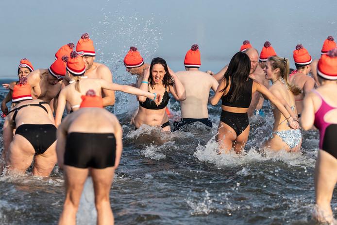 Hup, snel het koude water in en nog sneller er weer uit tijdens de Nieuwjaarsduik in Stroombroek. Foto: Jan Ruland van den Brink