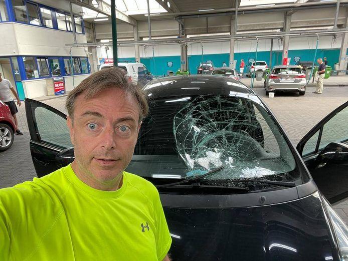 Pech voor Antwerps burgemeester Bart De Wever (N-VA): de voorruit van zijn wagen ligt aan diggelen