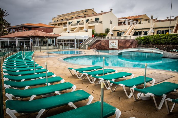 """Zo troosteloos ziet Tenerife er dezer dagen uit. Onze fotograaf ondervond er de lockdown aan den lijve. """"Het hotelzwembad en het strand werden afgesloten, en de Guardia Civil inspecteerde met helikopters of niemand de regels overtrad."""""""
