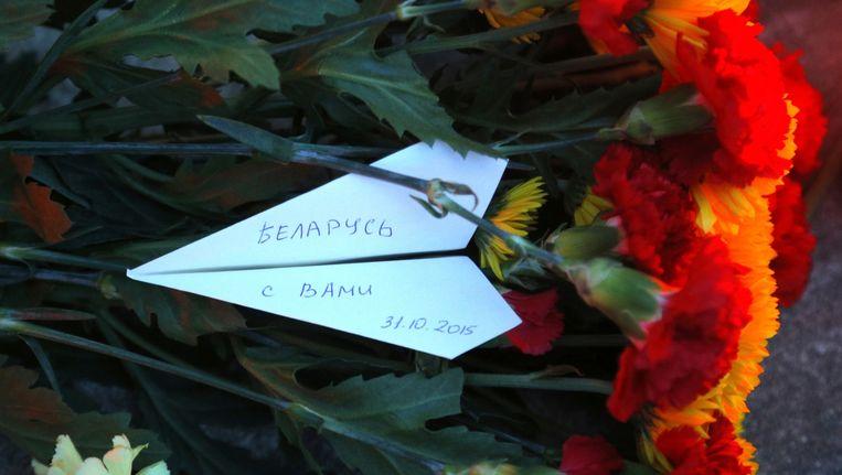 Bloemen bij de Russische ambassade in Minsk, Wit-Rusland. 'Wit-Rusland leeft met jullie mee.' Beeld ap