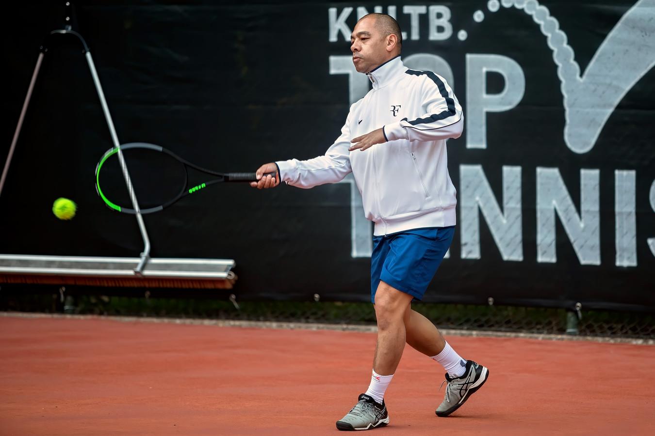 Tennisclub De Warande in Oosterhout heeft sinds de corona-uitbraak ruim 90 nieuwe leden verwelkomt. Edwin Mehlbaum is een van die nieuwe leden.
