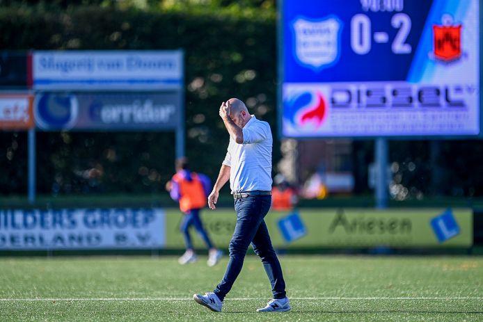 GVVV-trainer Jochem Twisker buigt het hoofd na de 0-2 nederlaag tegen HHC Hardenberg.