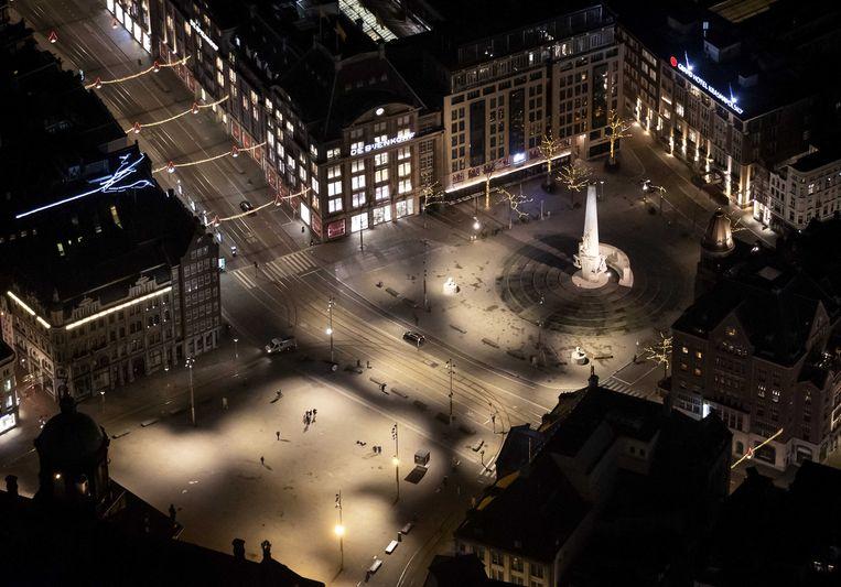 De Dam in Amsterdam vanuit de lucht na het ingaan van de avondklok.  Beeld ANP