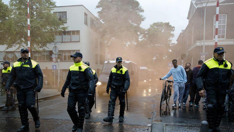 Politieagenten en de ME grijpen in tijdens de 'Mars van de vrijheid' tegen moslimradicalen en anti-semitisme. De anti-IS-demonstratie is georganiseerd door een groep Hagenaars die zich Pro Patria (Voor het vaderland) noemt. Beeld anp