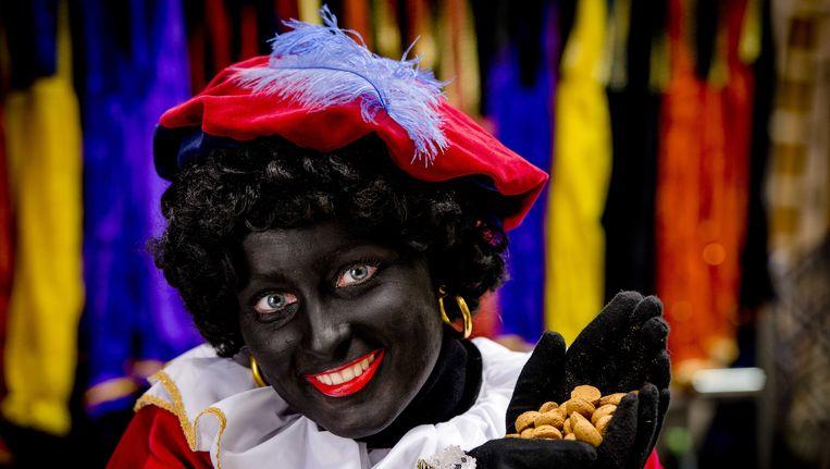 Een vrouw geschminkt als Zwarte Piet. Beeld anp