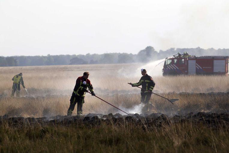 2014-04-20 HOENDERLOO - Brandweerlieden zijn bezig met het blussen van de grote brand op de Hoge Veluwe. Honderden hectare bos en heide zijn inmiddels verwoest door het vuur. ANP JEROEN JUMELET Beeld ANP