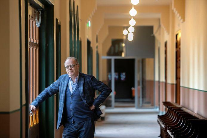 Algemeen directeur Edzo Doeve van coöperatie DELA in een van de opgeknapte gangen van het complex Mariënhage, dat als DOMUSDELA een nieuwe functie kreeg.