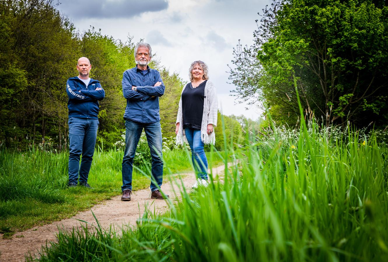 Piet Kruithof (midden), Ger van Tussenbroek en Linda van Bergen verzetten zich tegen het opofferen van het Valkesteynsebos voor woningen.