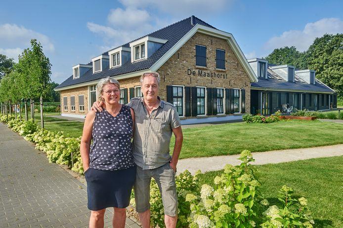 Cas en Judith van der Sande bij de nieuwgebouwde boerderij waarin mensen met geheugenproblemen verblijven en worden begeleid.