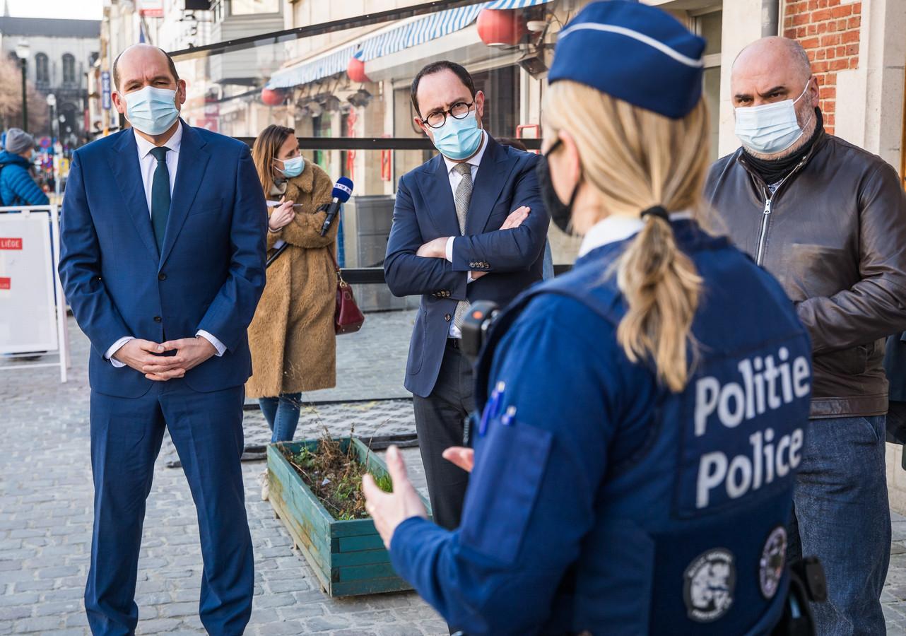 Burgemeester Philippe Close (PS) van Brussel, minister van Justitie Vincent Van Quickenborne (Open VLD) en burgemeester Christos Doulkeridis (Ecolo) van Elsene luisteren naar politievrouw Ingrid Stultjens.