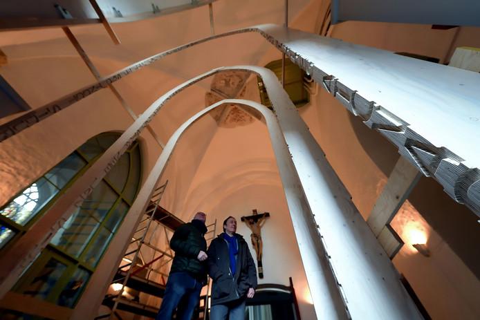 Ton van Wijk en Tom van Eekelen onder de nieuwe toegangspoort.