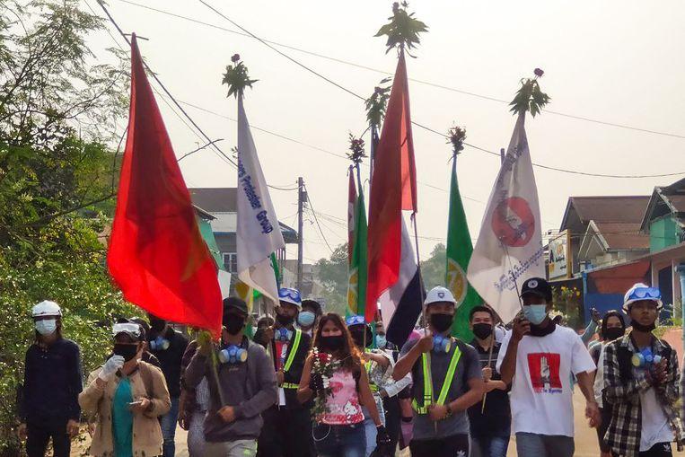 Activisten gaan de straat op in Myanmar op de nationale Dag van het Leger. Beeld AFP