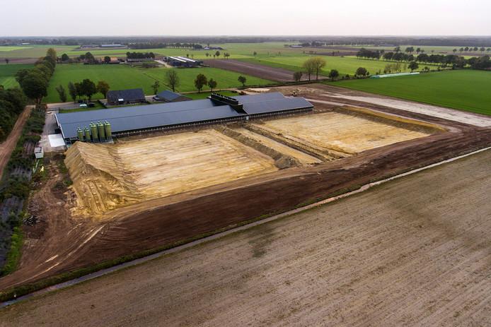 De voorbereidingen voor de bouw van de omstreden vleesvarkensstal in Diessen zijn inmiddels in volle gang.