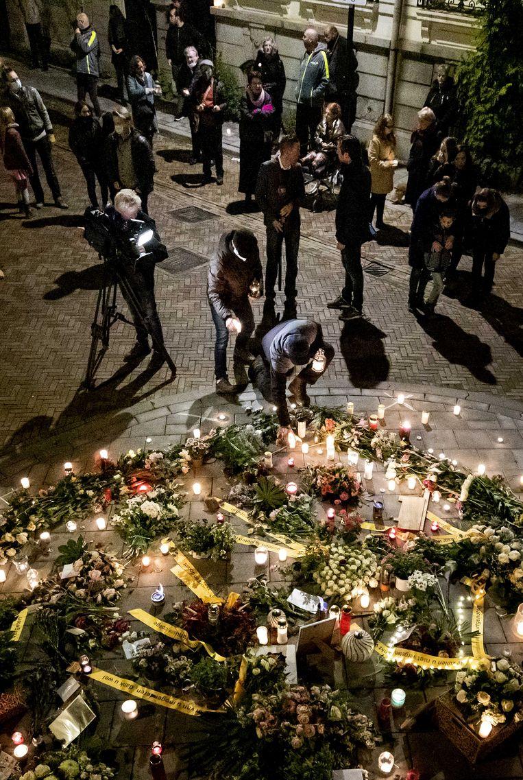 Belangstellenden tijdens de herdenking van de 73-jarige oud-leraar die ernstig werd mishandeld door vijf jongeren in Arnhem. Beeld ANP
