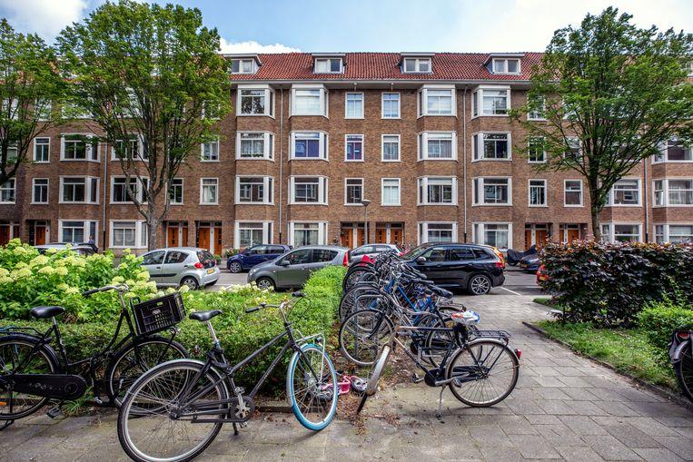 Het blokje huizen in de Amsterdamse Walbeeckstraat dat onlangs is opgekocht door de Amerikaanse beleggingsmaatschappij Blackstone. Beeld Raymond Rutting / de Volkskrant