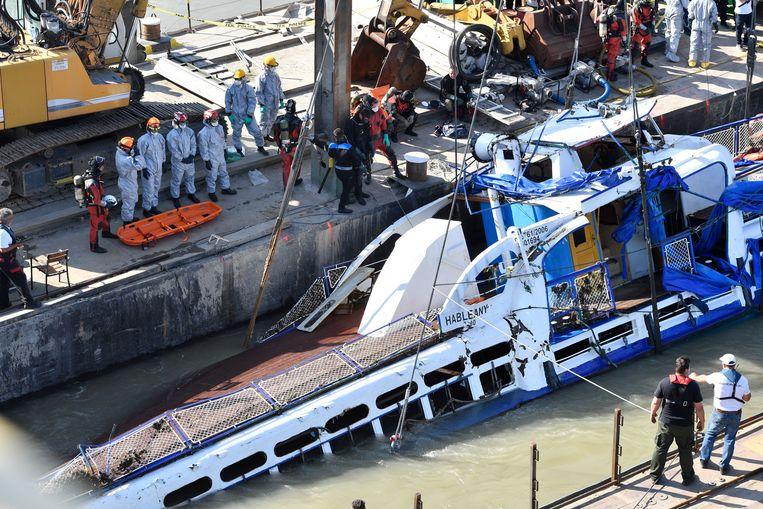 Een van de lichamen werd dinsdag ontdekt toen de stuurhut aan de oppervlakte kwam. Beeld EPA