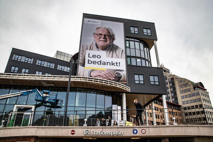 De metershoge poster hangt sinds zaterdag op kantoorgebouw de Leeuwenbrug.