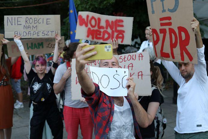 Demonstranten protesteren tegen de omstreden mediawet.