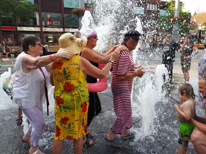 De deelnemers gingen in de polonaise door het water.