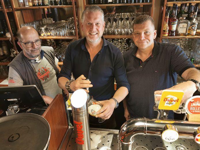Duvel-liefhebbers zijn een club gestart om gelijkgestemden te ontmoeten. Marc van Eesbeek (l), Martijn de Groot (eigenaar van café De Graanbeurs in Terneuzen) en Bjorn Wauters (r).
