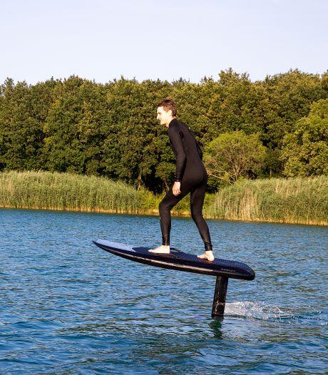 Leroy leert mensen op zijn e-foil, een speciale surfplank, over water te vliegen