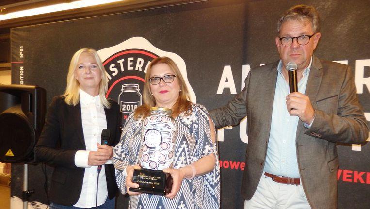 Het glutenvrij zuurdesembrood van Madina Mamedova (m), één van de twee winnaars én ze kreeg de publieksprijs. Met jurylid Marjan Ippel en presentator Jaap Sloof. Beeld Schuim