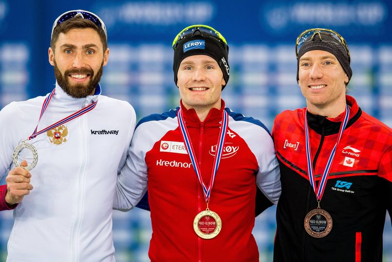(vlnr) Alexander Rumyantsev uit Rusland, Sverre Lunde Pedersen uit Noorwegen en Ted-Jan Bloemen uit Canada op het podium na de 5000 meter voor mannen. Beeld BSR Agency