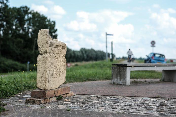 Een replica van de grafsteen van de Romeinse legioensoldaat Marcus Mallius op de dijk bij Herwen, waar de Romeinse Limes in Nederland begint.