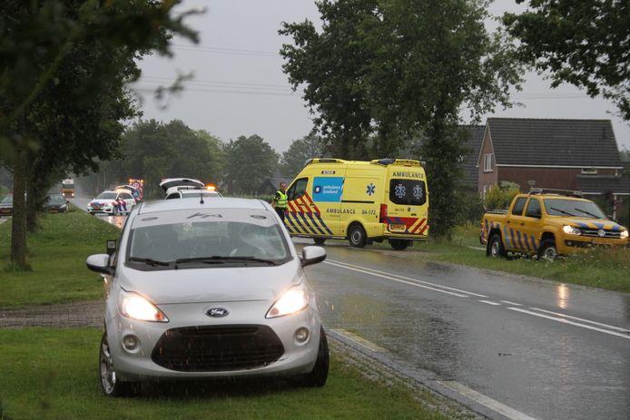 Een ambulance voert de fietser af die even daarvoor is geschept door de grijze auto op de voorgrond.