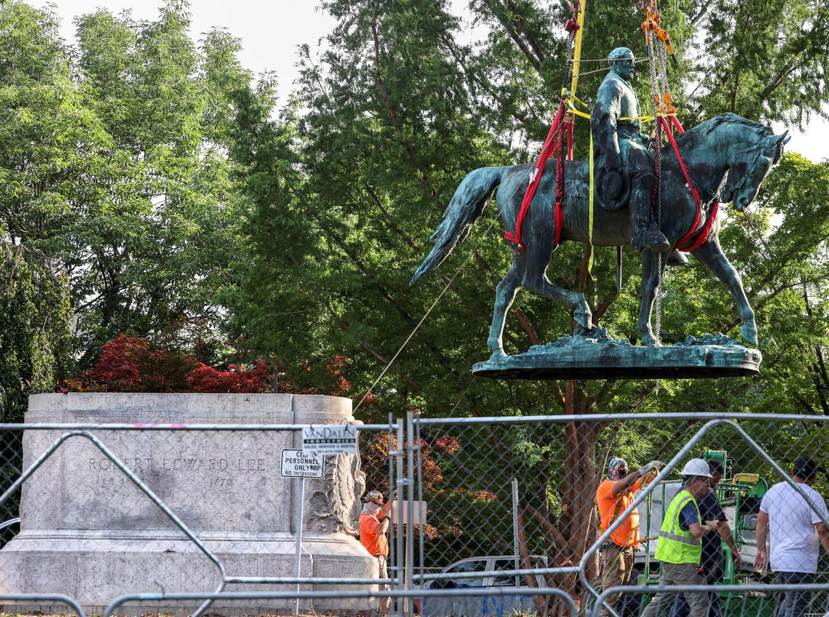 Het standbeeld van Robert E. Lee wordt van zijn sokkel gehaald.
