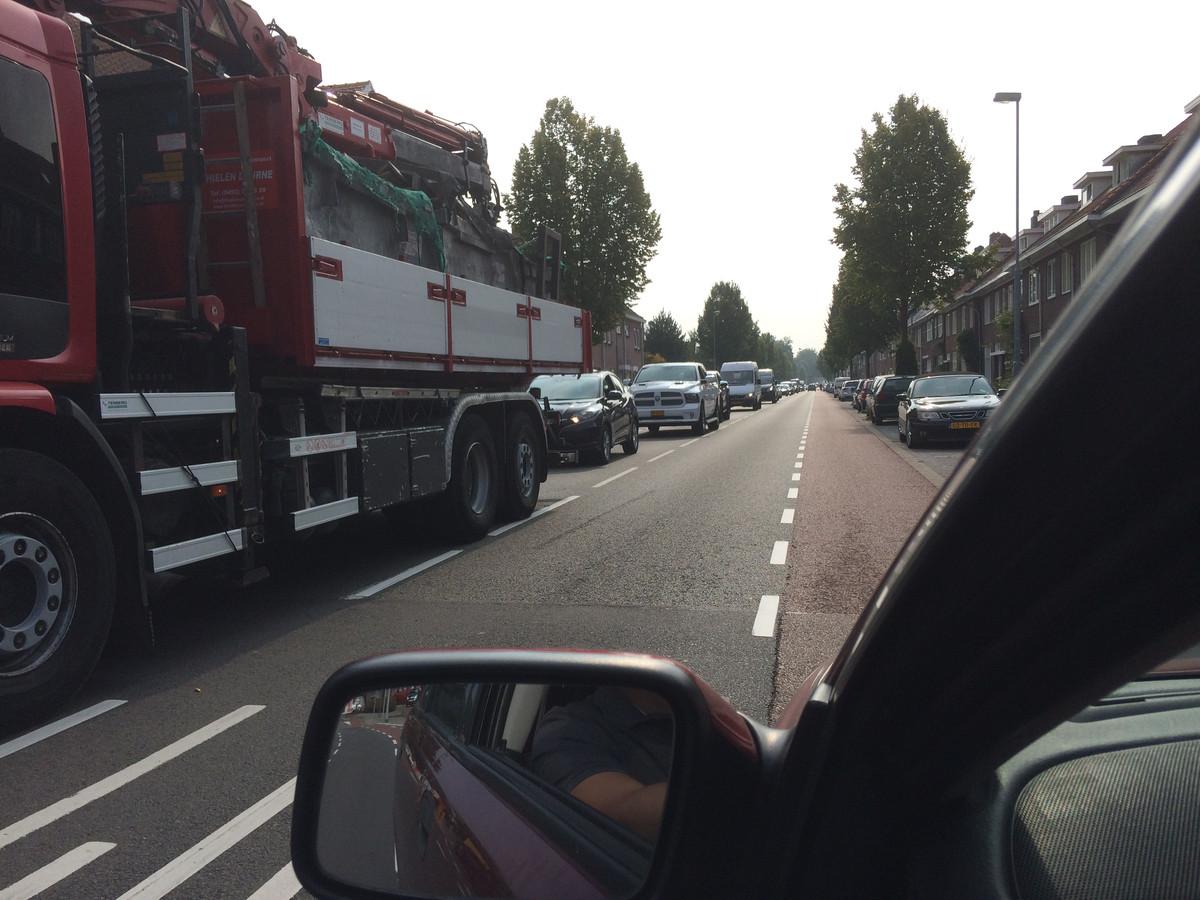 Verkeersdrukte op de Tongelresestraat in Eindhoven door de afsluiting van de Vestdijk, een foto van buurtbewoners Ties Minnen.