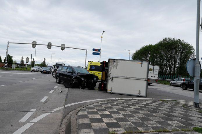De vrachtwagen belandde op de zijkant.