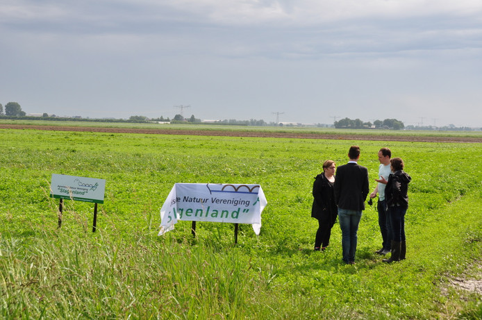 Een groep boeren, akkerbouwers, vogelaars en twee wethouders waren aanwezig bij de officiele opening van het leefgebied tussen Waalwijk en Raamsdonksveer.