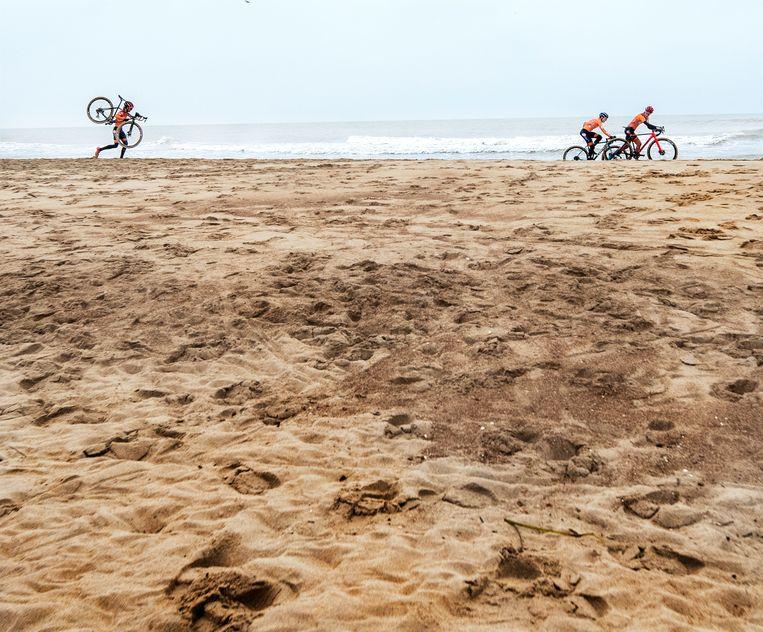 Annemarie Worst (rechts) en Lucinda Brand zien hoe ze in de laatste ronde over het strand afstand nemen van Denise Betsema (links).  Beeld Klaas Jan van der Weij / de Volkskrant