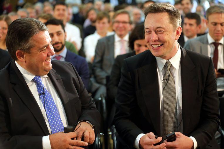 Elon Musk met de Duitse minister van Energie Sigmar Gabriël, die hij bezocht middenin het Volkswagen-schandaal Beeld EPA