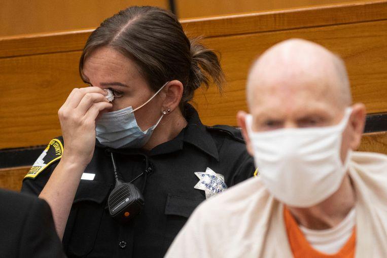 Een agente wordt emotioneel tijdens een getuigenis gedurende het proces tegen de Golden State Killer Beeld Hearst Newspapers via Getty Imag