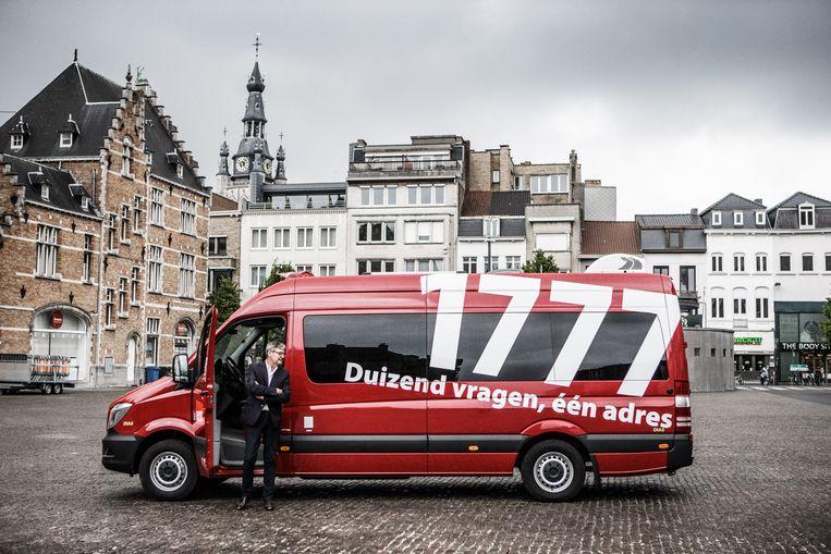 In Kortrijk vinden ze dat ze zélf naar de mensen toe moeten gaan. En dus introduceren ze een mobiel gemeentehuis.  Beeld Bob Van Mol