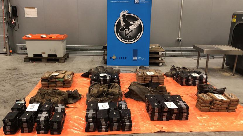 Een van de onderschepte partijen cocaïne, 300 kilo, zat verstopt tussen auto's.