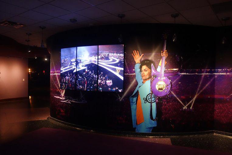 De Superbowl-zaal met een opname van Prince tijdens de Super Bowl. Beeld